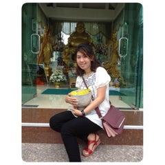 Photo taken at วัดอินทราวาส (วัดประดู่) Wat Intharawat (Wat Pradu) by W. T. on 4/13/2014