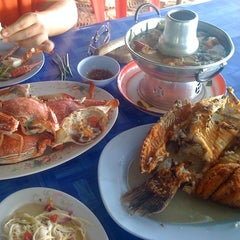 Photo taken at เจ๊อึ่งซีฟู๊ด (ป่าคั่น) Jae Aung Seafood by Koe S. on 10/28/2012