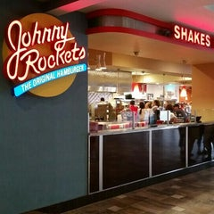 Photo taken at Johnny Rockets by JR R. on 8/29/2015