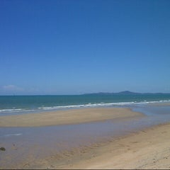 Photo taken at หาดจอมเทียน (Jomtien Beach) by tik, kub pom on 5/16/2013