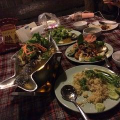 Photo taken at สวนอาหารซุ้มไผ่ (Sum Phai Restaurant) by 🐷Bungiez G. on 9/19/2014