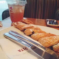 Photo taken at Costa Coffee | كوستا كوفي by Bozo⚢ .. on 9/21/2014
