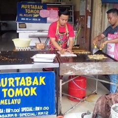 Photo taken at (Restoran Rafi) Murtabak Tomok Kg. Melayu by Shurbani A. on 11/2/2014
