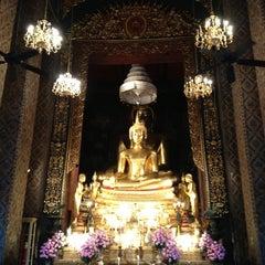 Photo taken at วัดบวรนิเวศวิหารฯ (Wat Bowon Niwet) by Kannika V. on 4/28/2013
