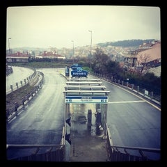 Foto tirada no(a) Burhaniye Mahallesi Metrobüs Durağı por Tarık A. em 3/16/2013