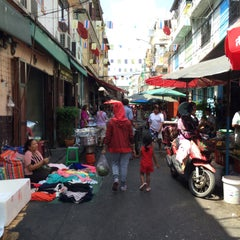 Photo taken at ตลาดตรอกหม้อ (Trok Mo Market) by Soravit M. on 7/25/2015