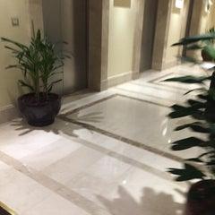 Photo taken at Mövenpick Hotel & Residences Hajar Tower Makkah by Naif on 11/3/2015