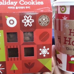 Photo taken at The Coffee Bean & Tea Leaf by Yvette,J K. on 12/12/2014