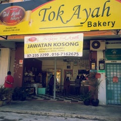 Photo taken at Tok Ayah Bakery (Roti Naik) by Ron Y. on 2/1/2014