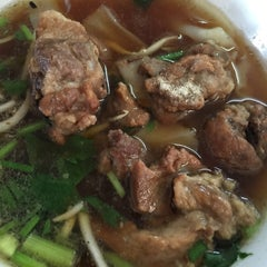 Photo taken at ก๋วยเตี๋ยวไก่ป้านาค by Thanapon C. on 4/15/2016