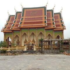 Photo taken at วัดหลวงพ่อโอภาสี (สวนอาศรมบางมด) Wat Luang Por Opasee by Kawee P. on 11/20/2012