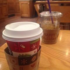 Photo taken at The Coffee Bean & Tea Leaf by Hyunju K. on 12/9/2014