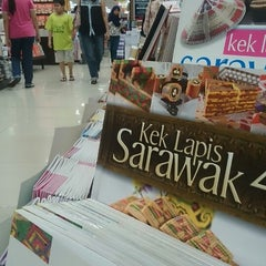 Photo taken at Popular Bookstore by Meiysyahroh Paki _. on 1/2/2015