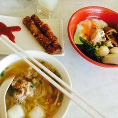 Photo taken at 7 Village Noodle House (七廊粿條湯) by Chia Kean on 10/25/2014