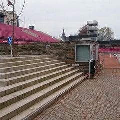 Foto tirada no(a) Båstad Tennis Stadium por Kent L. em 10/30/2015