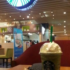 Photo taken at Starbucks (สตาร์บัคส์) by Oakky L. on 3/12/2015