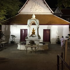 Photo taken at เทวสถาน (โบสถ์พราหมณ์) Dhevasathan (Brahmin Shrines) by Arthit C. on 1/1/2016