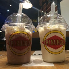 Photo taken at Fatburger by Monica S. on 4/29/2016
