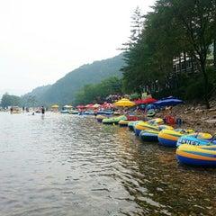 Photo taken at 흥정 계곡 by Blue U. on 8/10/2013