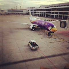 Photo taken at Don Mueang International Airport (DMK) ท่าอากาศยานดอนเมือง by Wong K. on 7/22/2013