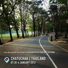 รูปภาพถ่ายที่ สวนวชิรเบญจทัศ (สวนรถไฟ) Vachirabenjatas Park (Rot Fai Park) โดย Supree T. เมื่อ 1/6/2013