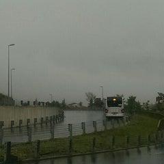 Foto tirada no(a) Burhaniye Mahallesi Metrobüs Durağı por Lal Y. em 5/8/2015