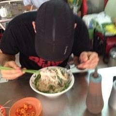 Photo taken at Phở Bắc Hải by Jake M. on 9/18/2013