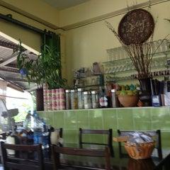 Photo taken at ร้านอาหารบังฝรั่ง (Bang Farang Restaurant) by Suriya y. on 3/13/2013