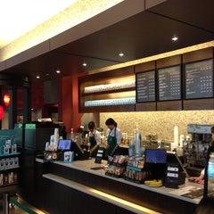 Photo taken at Starbucks Coffee 東京ミッドタウン コンプレックス スタジオ店 by Daewook Ban on 6/16/2013