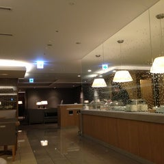 Photo taken at 国際線 JAL サクララウンジ (JAL Sakura Lounge - International Terminal) by Daewook Ban on 3/9/2013