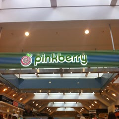 Photo taken at Pinkberry by Yaejin K. on 7/3/2013