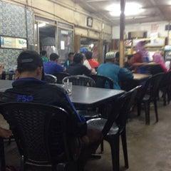 Photo taken at Kedai Roti Tempayan by Yuzaini Y. on 10/20/2013