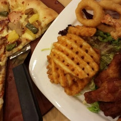 Photo taken at Pizza Hut by Rozeani O. on 8/4/2013