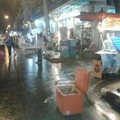 Photo taken at ถนนคนเดินวัวลาย (Wualai Saturday Nightmarket) by Yaya J. on 5/5/2012