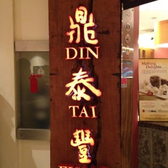Photo taken at Din Tai Fung 鼎泰豐 by Yijie L. on 5/15/2012