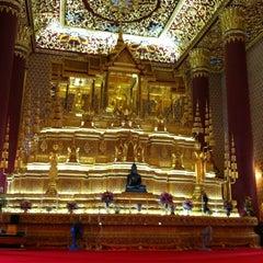 Photo taken at วัดเทพศิรินทราวาส ราชวรวิหาร (Wat Debsirin) by VASUTPOL OAT C. on 7/25/2012