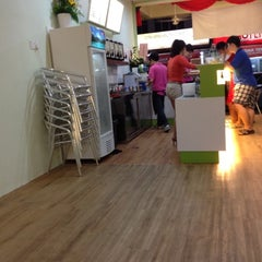 Photo taken at Lohas Tea Shop (Bubble Milk Tea) by John Lau on 5/10/2012