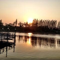Photo taken at เรือนแพ ฟิชชิ่งปาร์ค (Ruen Pae Fishing Park) by Wichai C. on 2/25/2012