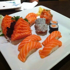 Photo taken at Sushi Temakeria Doo Doo by Ana Claudia W. on 3/10/2012