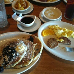 Photo taken at Cracker Barrel Old Country Store by Robert Dwight C. on 7/28/2012