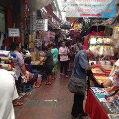 Photo taken at สําเพ็ง (Sampheng) by Thaniran M. on 5/20/2012
