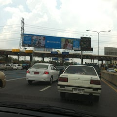 Photo taken at ด่านฯ ประชาชื่น - ขาออก (Prachachuen Toll Plaza - Outbound) by Kotchakon D. on 3/9/2012