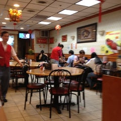 Photo taken at New Hon Wong Restaurant 新恒旺大飯店 by Lucia D. on 6/19/2012
