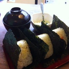 Photo taken at Niko Niko Onigiri by Michiyo P. on 5/30/2012