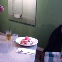 Photo taken at H2O Cafe Restaurant by Lisa R. on 10/1/2011