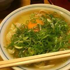Photo taken at かろのうろん by coto on 12/27/2011