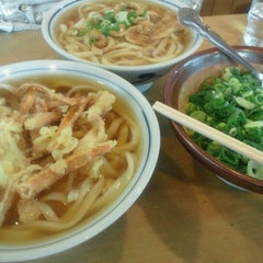 Photo taken at かろのうろん by 416 M. on 9/23/2011