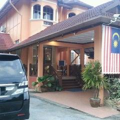Photo taken at Kesedar Inn Gua Musang (Penginapan) by mohamad h. on 8/14/2012