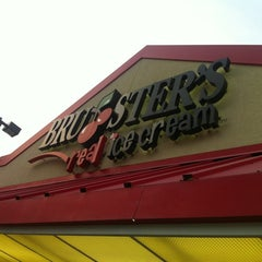 Photo taken at Bruster's Real Ice Cream by Peter S. on 8/24/2012