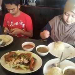 Photo taken at Restoran Nasi Ayam Gemas Mustafah by Yani A. on 1/20/2012